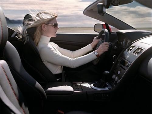 Chuyện lái mới và tấm biển dán trên xe khiến nhiều người bức xúc - Ảnh 1.