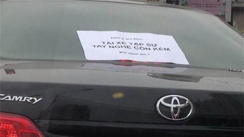 Chuyện lái mới và tấm biển dán trên xe khiến nhiều người bức xúc - Ảnh 2.