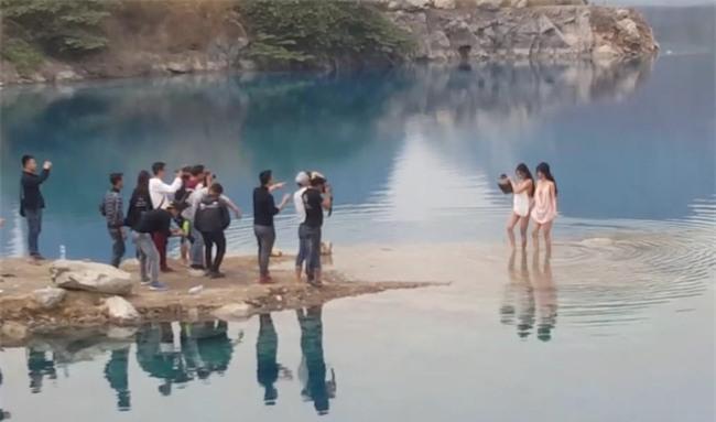 Hai cô gái chụp ảnh gợi cảm ở Tuyệt tình cốc Hải Phòng gây tranh cãi trên MXH - Ảnh 4.