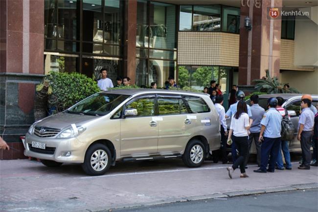 Ô tô Audi của hoa hậu Thu Hoài bị niêm phong đưa về phường do lấn chiếm vỉa hè Sài Gòn - Ảnh 10.