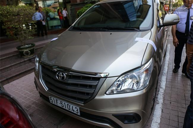 Ô tô Audi của hoa hậu Thu Hoài bị niêm phong đưa về phường do lấn chiếm vỉa hè Sài Gòn - Ảnh 11.