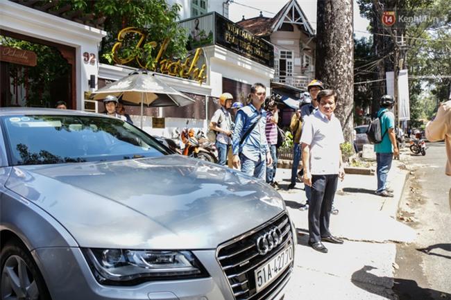 Ô tô Audi của hoa hậu Thu Hoài bị niêm phong đưa về phường do lấn chiếm vỉa hè Sài Gòn - Ảnh 2.
