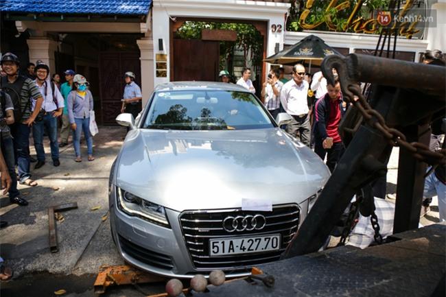 Ô tô Audi của hoa hậu Thu Hoài bị niêm phong đưa về phường do lấn chiếm vỉa hè Sài Gòn - Ảnh 3.