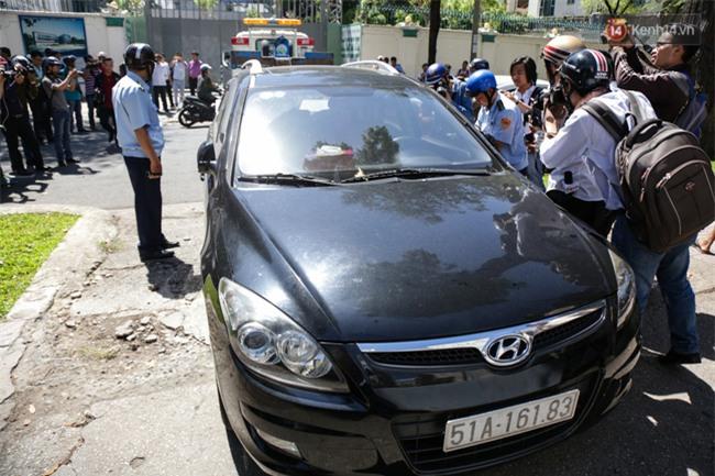 Ô tô Audi của hoa hậu Thu Hoài bị niêm phong đưa về phường do lấn chiếm vỉa hè Sài Gòn - Ảnh 7.