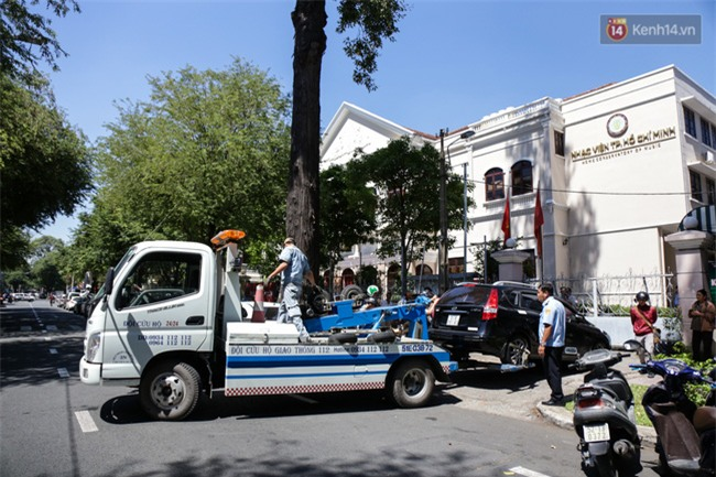Ô tô Audi của hoa hậu Thu Hoài bị niêm phong đưa về phường do lấn chiếm vỉa hè Sài Gòn - Ảnh 8.