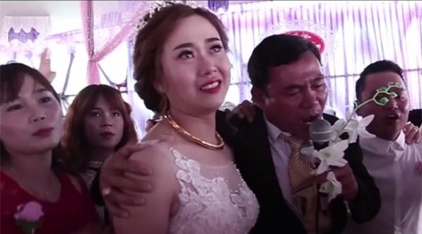 Clip: Xúc động khoảnh khắc người cha rơi nước mắt trong ngày con gái lên xe hoa - Ảnh 2.