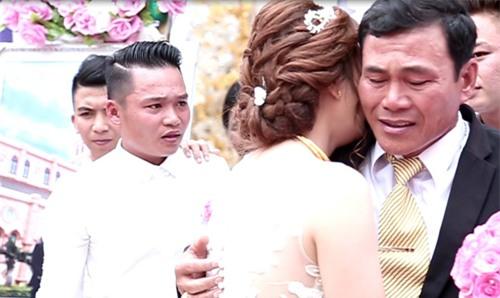 Clip: Xúc động khoảnh khắc người cha rơi nước mắt trong ngày con gái lên xe hoa - Ảnh 5.