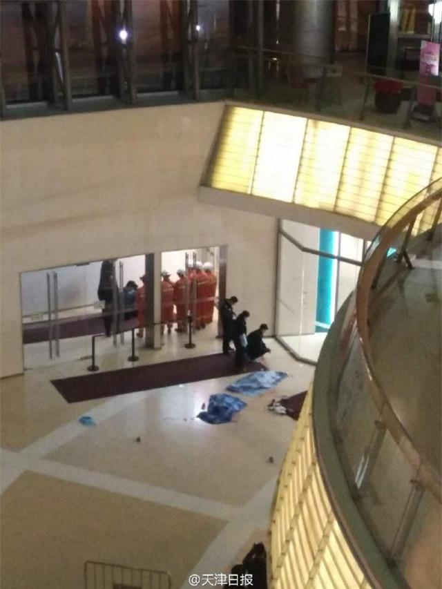 Trung Quốc: Thảm kịch 2 đứa trẻ cùng tử vong vì bị đánh rơi từ tầng 4 xuống đất trong trung tâm thương mại - Ảnh 1.
