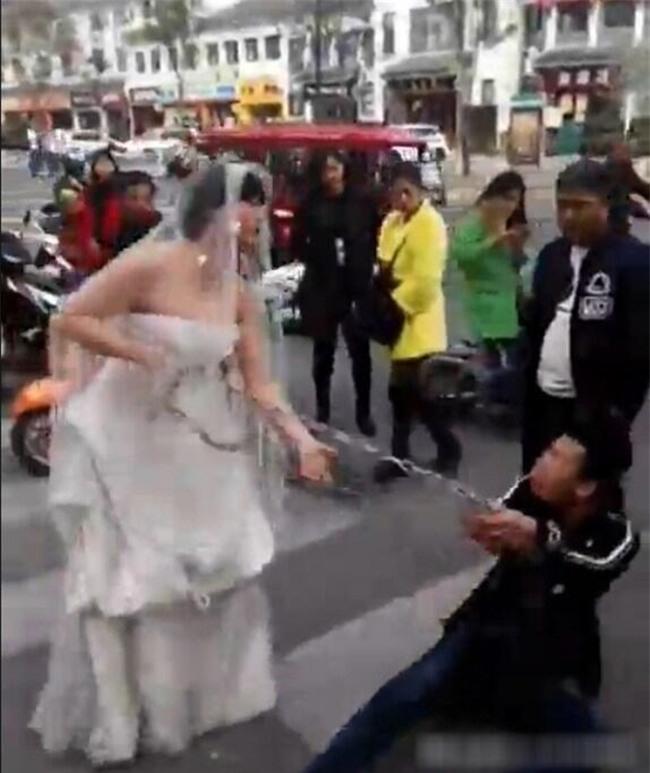 Chú rể bất trị gặp cô dâu hung hãn: Dùng xích sắt trói tay rồi kéo lê về nhà tổ chức hôn lễ - Ảnh 2.