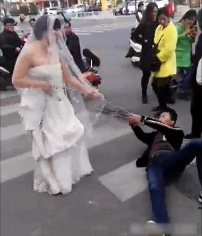 Chú rể bất trị gặp cô dâu hung hãn: Dùng xích sắt trói tay rồi kéo lê về nhà tổ chức hôn lễ - Ảnh 3.