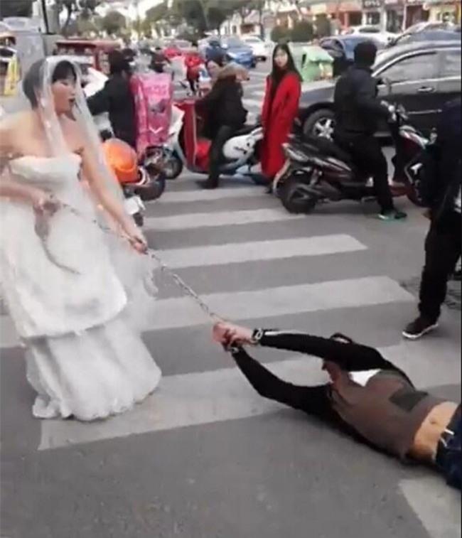 Chú rể bất trị gặp cô dâu hung hãn: Dùng xích sắt trói tay rồi kéo lê về nhà tổ chức hôn lễ - Ảnh 5.
