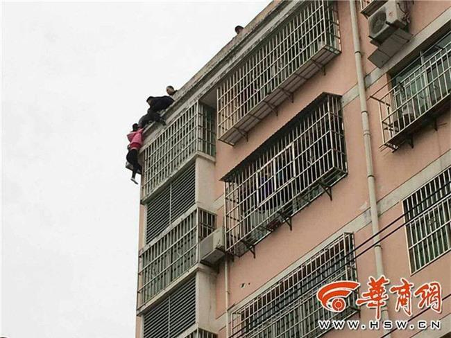 Trèo ra cửa sổ tầng 5 để nhảy lầu tự tử, cô gái trẻ bị túm tóc lôi lại - Ảnh 3.
