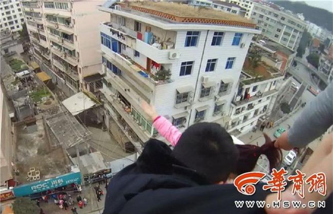 Trèo ra cửa sổ tầng 5 để nhảy lầu tự tử, cô gái trẻ bị túm tóc lôi lại - Ảnh 4.