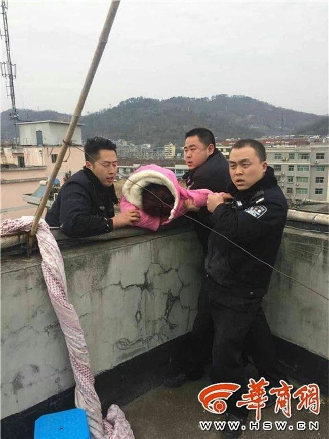 Trèo ra cửa sổ tầng 5 để nhảy lầu tự tử, cô gái trẻ bị túm tóc lôi lại - Ảnh 5.