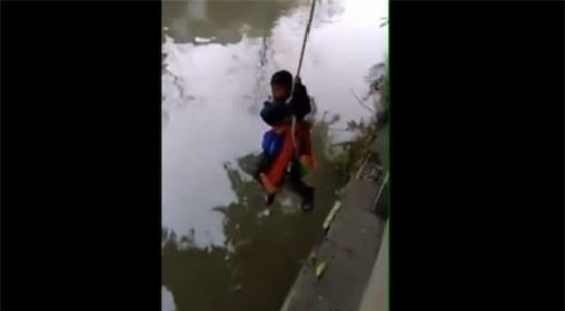 Bố treo con trai 7 tuổi lơ lửng trên sông để bắt làm bài tập toán - Ảnh 1.