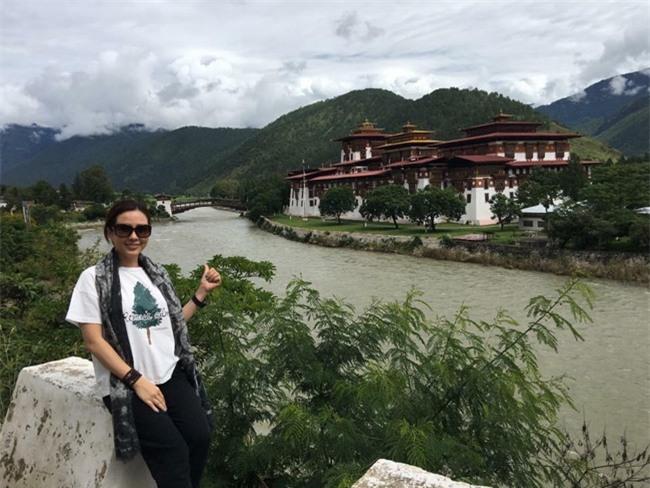 """Hoa hậu Thu Hoài chụp ảnh khi sang """"đất nước hạnh phúc nhất hành tinh"""" Bhutan du lịch."""