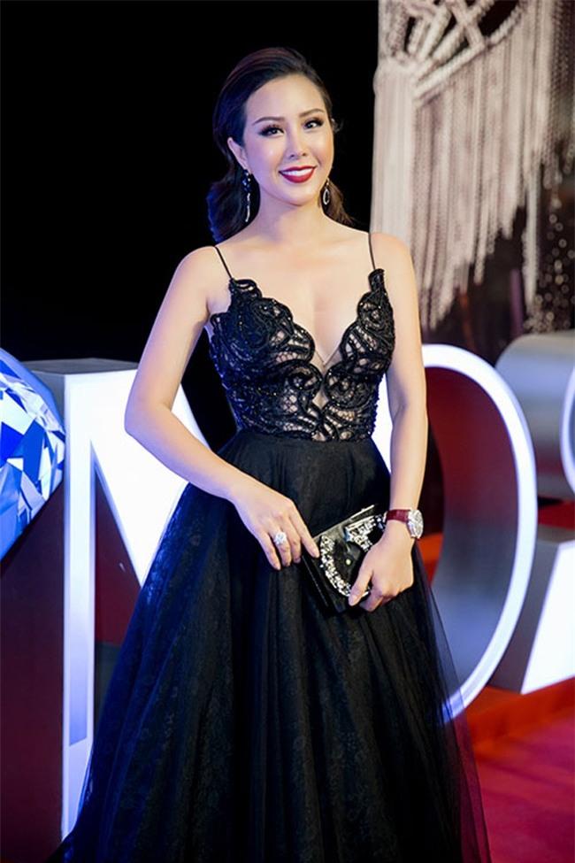 Trong liveshow của Mr Đàm, nữ doanh nhân cũng gây chú ý bởi trang phục gợi cảm, đeo đồng hồ và nhẫn kim cương đắt giá.