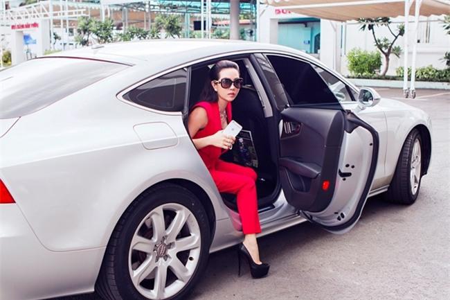 Xe ô tô của Hoa hậu Quý bà thuộc dòng Audi, được cô mua từ khá lâu để phục vụ cho việc đi lại của bản thân.