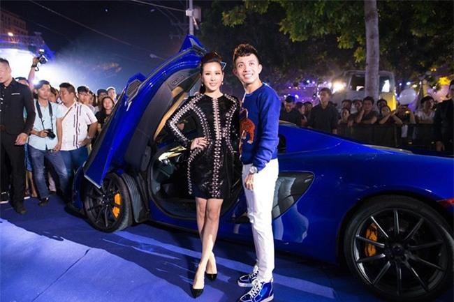 Người đẹp rất quan tâm đến các nhãn hiệu ô tô hạng sang và còn xuất hiện bên cạnh một đại gia chơi xe của TP HCM trong một sự kiện.
