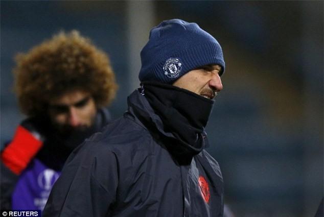 Mat san Old Trafford doi mau trang chi sau mot dem hinh anh 6