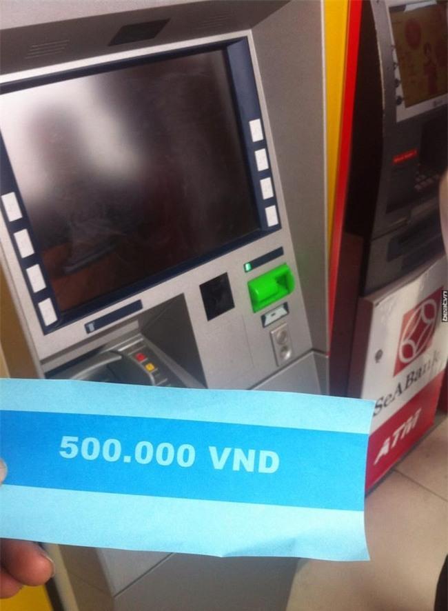 Hà Nội: Người dân bất ngờ khi cây ATM nhả toàn tờ giấy in chữ 500 nghìn đồng - Ảnh 1.