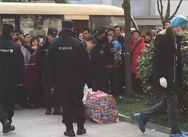Trung Quốc: Mất tích hơn 20 tiếng đồng hồ, bé trai 10 tuổi được phát hiện chết dưới gầm giường - Ảnh 2.