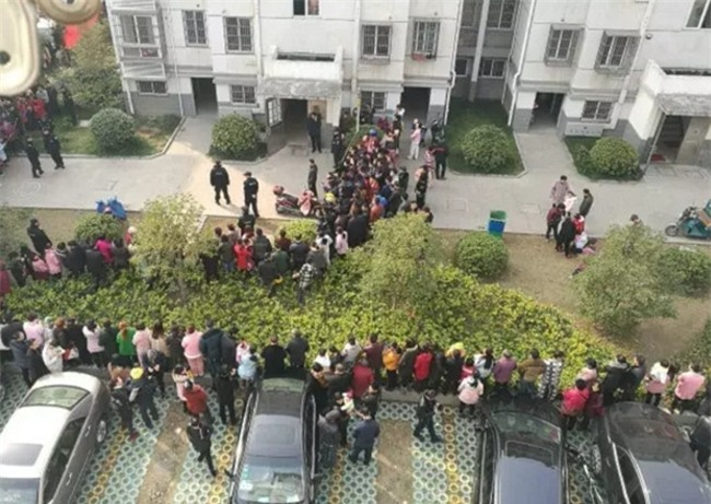Trung Quốc: Mất tích hơn 20 tiếng đồng hồ, bé trai 10 tuổi được phát hiện chết dưới gầm giường - Ảnh 4.