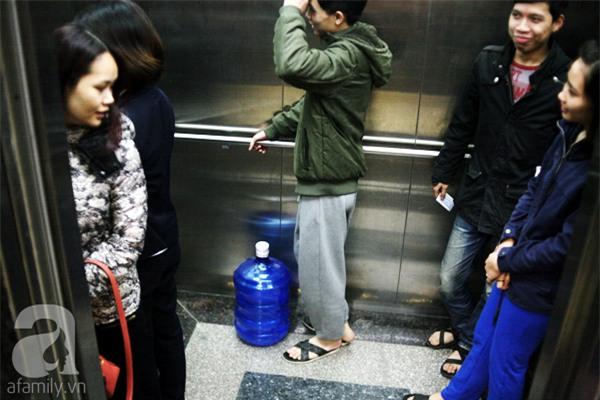 Hà Nội: Bị cắt nước 8 ngày không báo trước, cư dân chung cư khốn đốn vì không có cả nước dội bồn cầu - Ảnh 11.