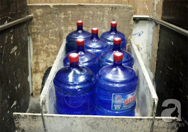 Hà Nội: Bị cắt nước 8 ngày không báo trước, cư dân chung cư khốn đốn vì không có cả nước dội bồn cầu - Ảnh 12.