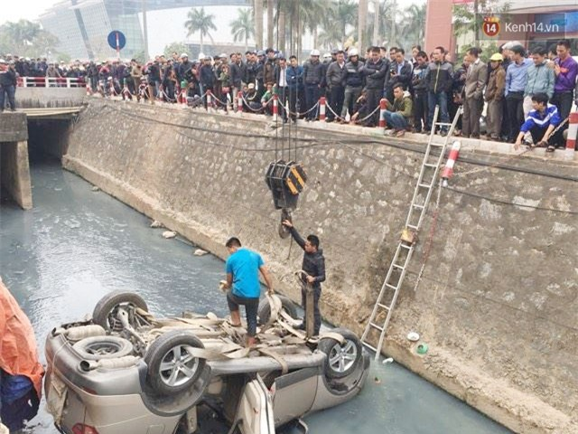 Hà Nội: Ô tô lao xuống mương nước rồi lật ngửa, người dân cạy cửa cứu người phụ nữ mắc kẹt ra ngoài - Ảnh 2.