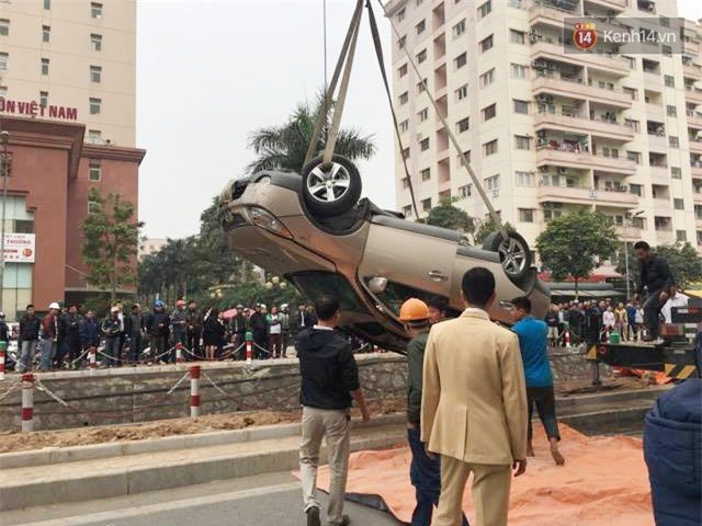 Hà Nội: Ô tô lao xuống mương nước rồi lật ngửa, người dân cạy cửa cứu người phụ nữ mắc kẹt ra ngoài - Ảnh 3.
