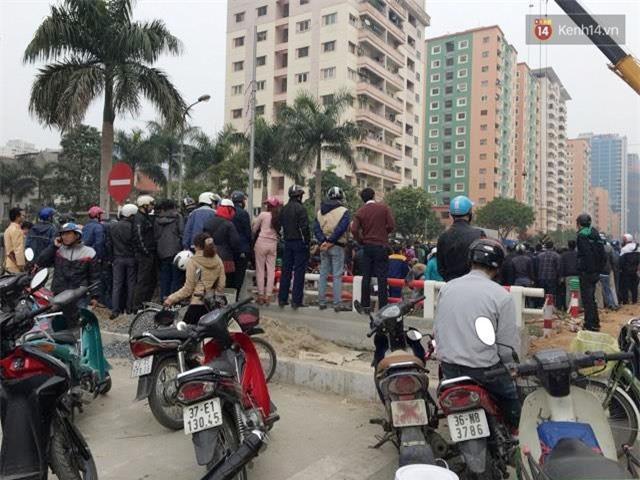 Hà Nội: Ô tô lao xuống mương nước rồi lật ngửa, người dân cạy cửa cứu người phụ nữ mắc kẹt ra ngoài - Ảnh 4.