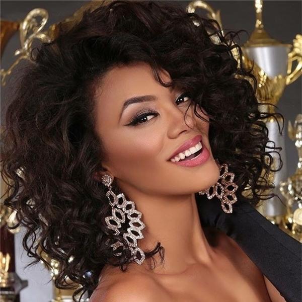 Vị trí thứ ba thuộc về Hoa hậu Hoàn vũ Brazil 2016 Raissa Santana (top 13 Hoa hậu Hoàn vũ 2016). Đây là nhan sắc da màu đầu tiên đại diện Brazil thi đấu tại Hoa hậu Hoàn vũ.