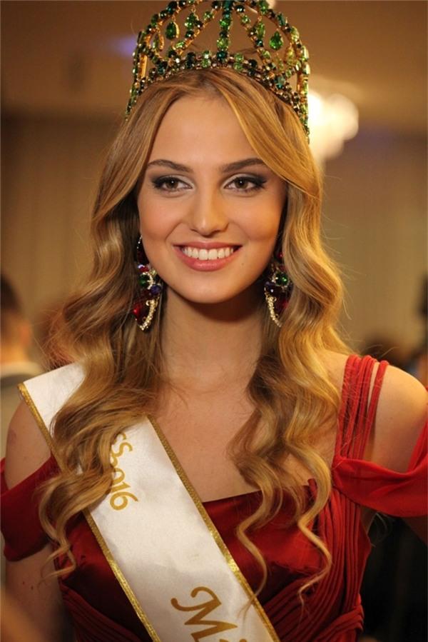 Vị trí thứ 6 thuộc về Hoa hậu Thế giới Slovakia 2016 Kristína Činčurová với vẻ ngoài thanh lịch, quyến rũ đậm chất của những cô gái châu Âu.
