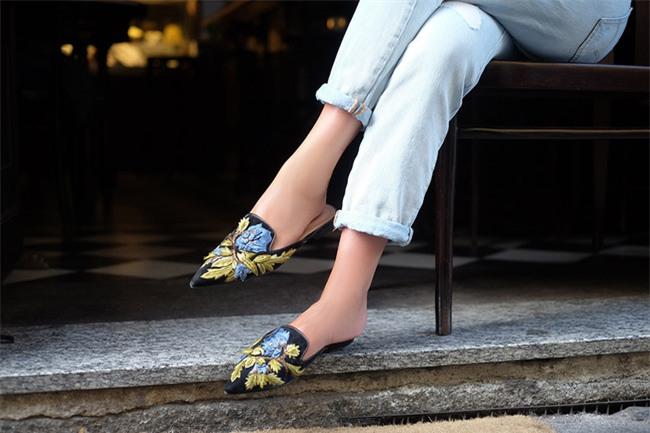Tạm gác cao gót sang bên, đây mới là 5 mẫu giày/dép bệt bạn cần quan tâm nhất lúc này - Ảnh 1.