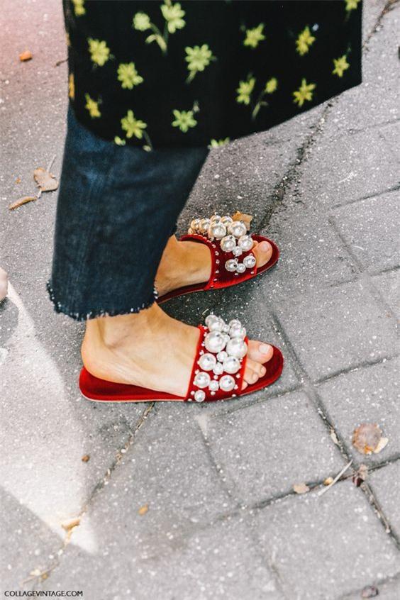 Tạm gác cao gót sang bên, đây mới là 5 mẫu giày/dép bệt bạn cần quan tâm nhất lúc này - Ảnh 4.
