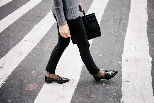 Tạm gác cao gót sang bên, đây mới là 5 mẫu giày/dép bệt bạn cần quan tâm nhất lúc này - Ảnh 7.