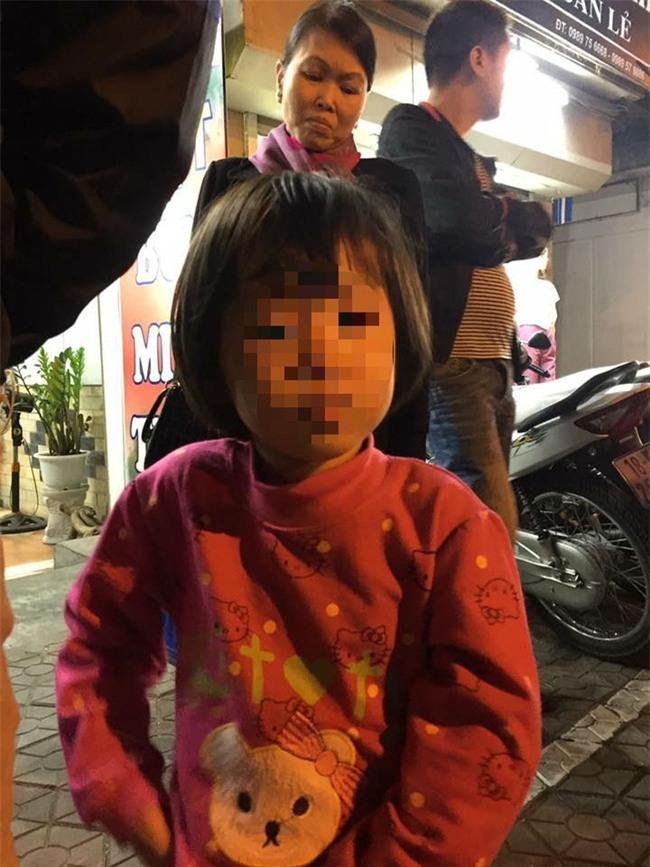 Hà Nội: Mẹ để con gái tự chơi một mình ở công viên, khi quay lại thì người dân đã đưa bé về phường - Ảnh 1.