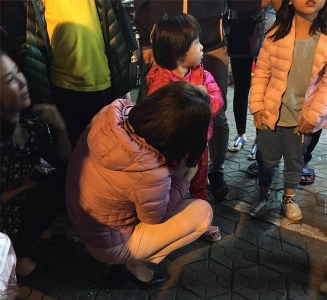 Hà Nội: Mẹ để con gái tự chơi một mình ở công viên, khi quay lại thì người dân đã đưa bé về phường - Ảnh 2.