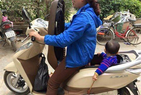 Bà mẹ sáng tạo bất thường khi cho con vào cốp xe khiến dân mạng tranh cãi - Ảnh 1.