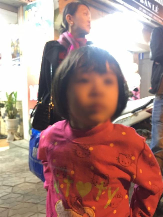 Hà Nội: Bé gái từng bị mẹ đánh vì làm mất gói kẹo ở siêu thị Lotte lạc người thân được đưa đến công an - Ảnh 1.