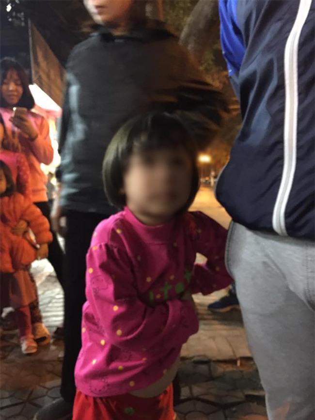 Hà Nội: Bé gái từng bị mẹ đánh vì làm mất gói kẹo ở siêu thị Lotte lạc người thân được đưa đến công an - Ảnh 2.