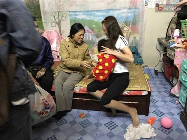 Hà Nội: Bé gái từng bị mẹ đánh vì làm mất gói kẹo ở siêu thị Lotte lạc người thân được đưa đến công an - Ảnh 3.