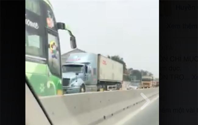 Truy tìm chiếc xe khách chạy ngược chiều tốc độ cao trên quốc lộ 1 - Ảnh 2.