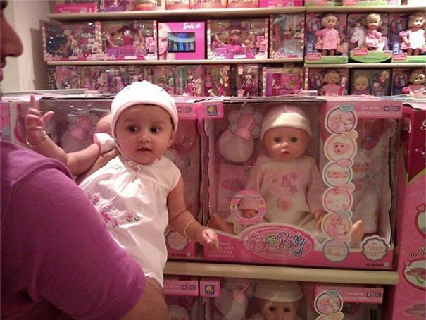 Hóa ra là tôi được lượm về từ cửa hàng đồ chơi chứ không phải trong bụi dứa như mọi người vẫn thường nói.