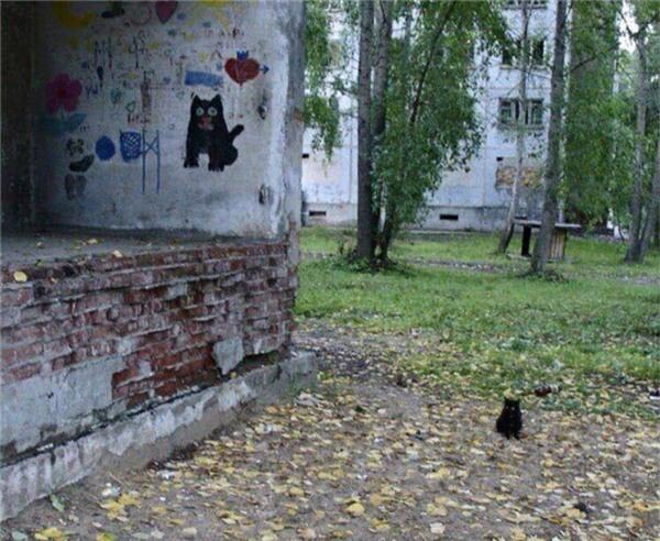 Lời tiên tri về sự xuất hiện của đấng tối cao đã được báo trước trên một bức tường.