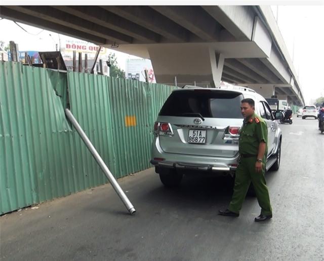 Hiện trường tai nạn thanh sắt rơi trúng ô tô