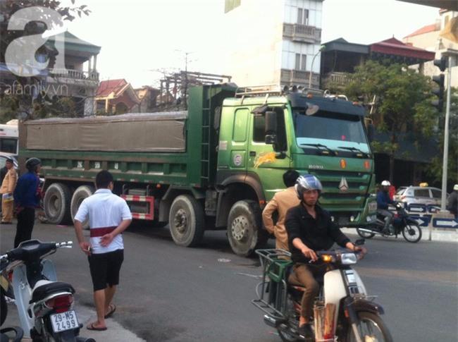 Hà Nội: Người phụ nữ gánh rau bán rong tử vong dưới bánh xe tải - Ảnh 1.