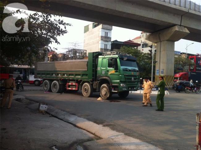 Hà Nội: Người phụ nữ gánh rau bán rong tử vong dưới bánh xe tải - Ảnh 2.