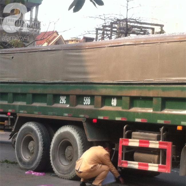 Hà Nội: Người phụ nữ gánh rau bán rong tử vong dưới bánh xe tải - Ảnh 3.